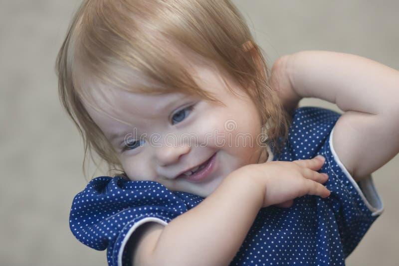 Menina brincalhão pouca criança dentro imagens de stock