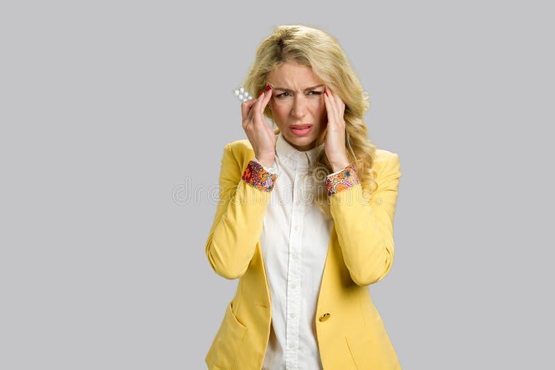 Menina cansado com dor de cabeça e comprimidos foto de stock royalty free