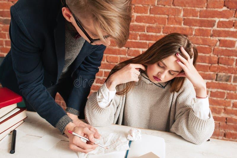 Menina cansado do estudante que escuta seu sócio imagens de stock