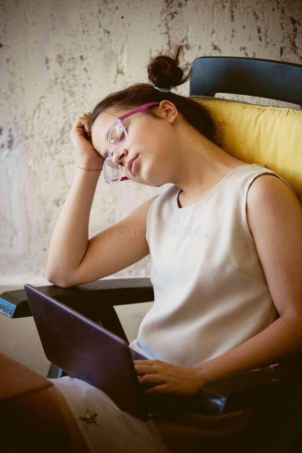 Menina cansado na frente do portátil imagem de stock