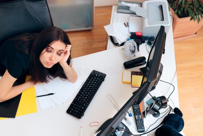 Menina cansado que senta-se na mesa desarrumado que trabalha fora do tempo estipulado fotografia de stock royalty free