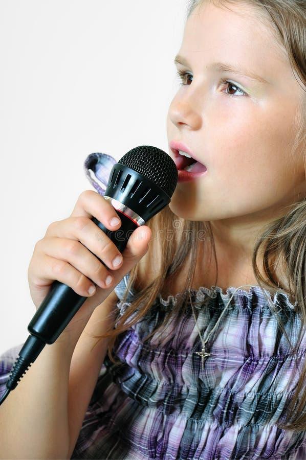 A menina canta uma canção cristã foto de stock