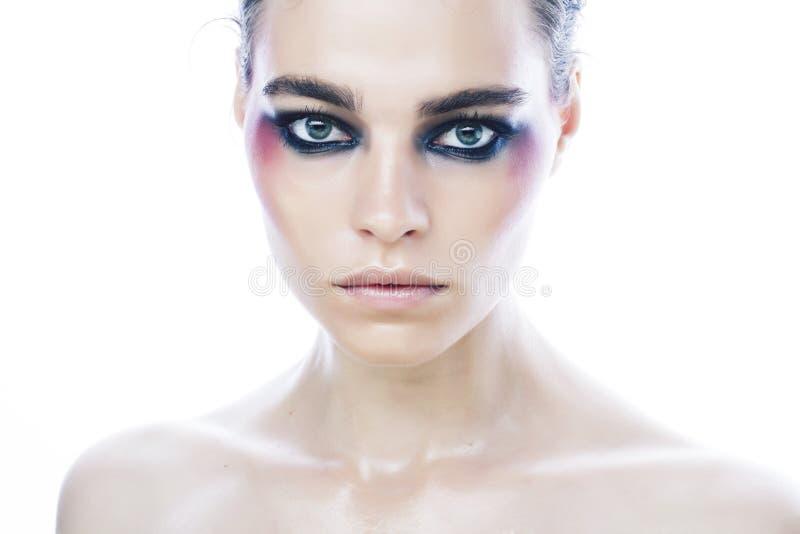 Menina caucasiano bonita nova com os olhos coloridos brilhantes da composição do estilo da forma isolados no fundo branco, encant imagens de stock royalty free