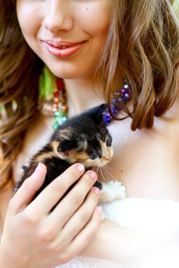 Menina caucasiano consideravelmente nova com gatinho fotografia de stock