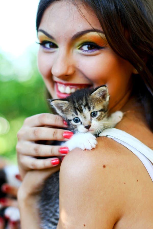 Menina caucasiano consideravelmente nova com gatinho imagens de stock royalty free