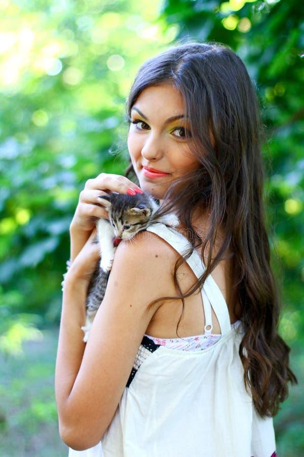 Menina caucasiano consideravelmente nova com gatinho imagem de stock