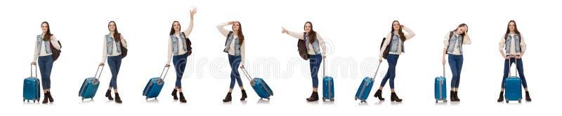 Menina caucasiano de sorriso que anda com a mala de viagem isolada no branco fotos de stock royalty free
