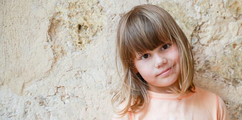 Menina caucasiano levemente de sorriso, close-up foto de stock