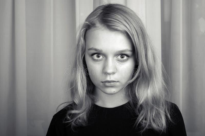 Menina caucasiano loura séria, retrato do estúdio fotos de stock royalty free