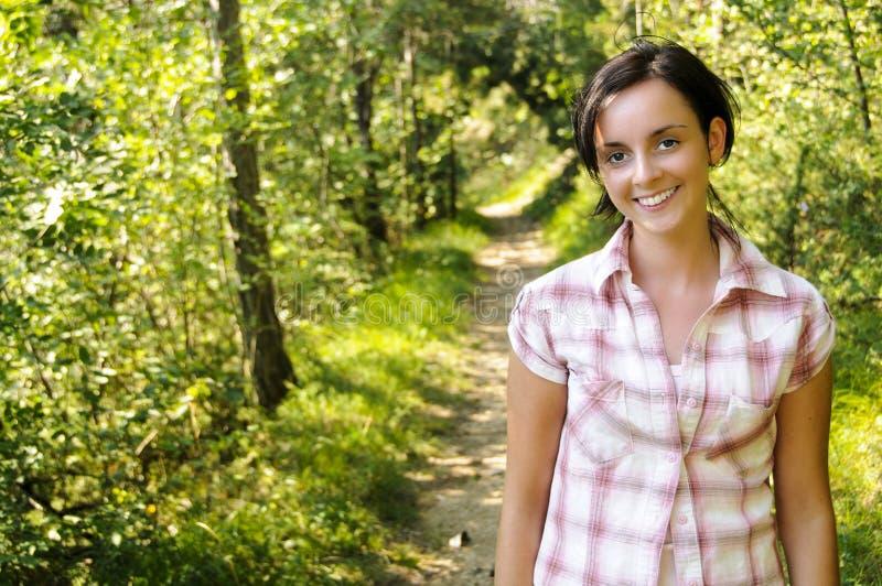 Menina caucasiano nova em um trajeto de caminhada imagens de stock