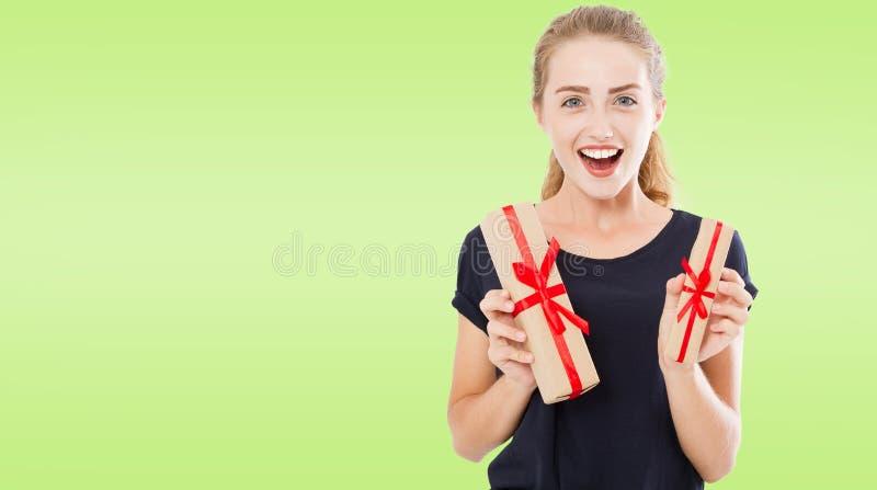 Menina caucasiano ocasional bonita bonita que guarda presentes em umas caixas, feriados foto de stock royalty free
