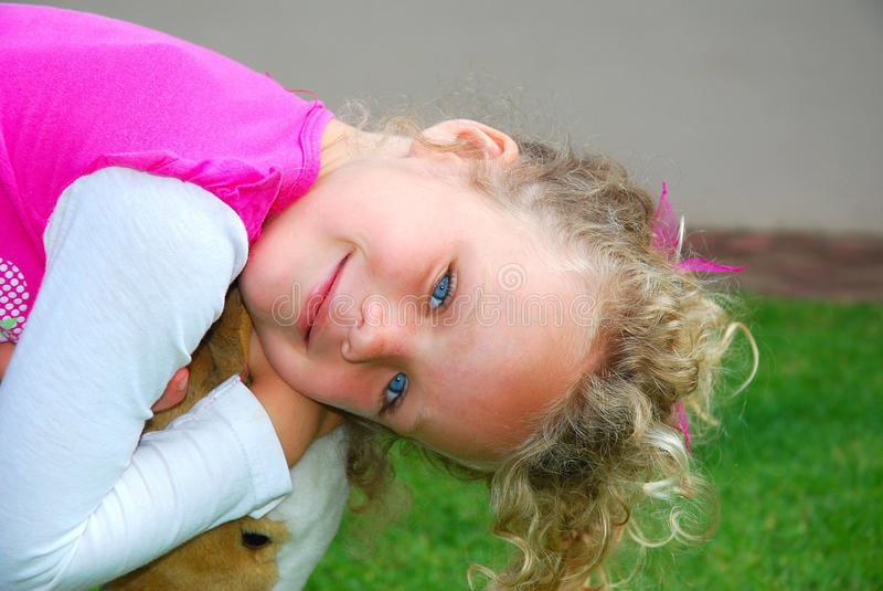 Menina caucasiano pequena de sorriso foto de stock royalty free