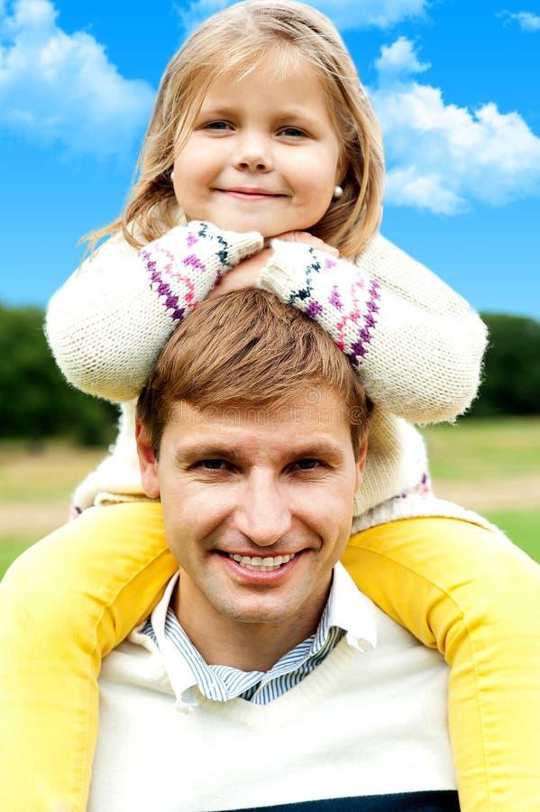Menina Charming que levanta com seu pai imagens de stock