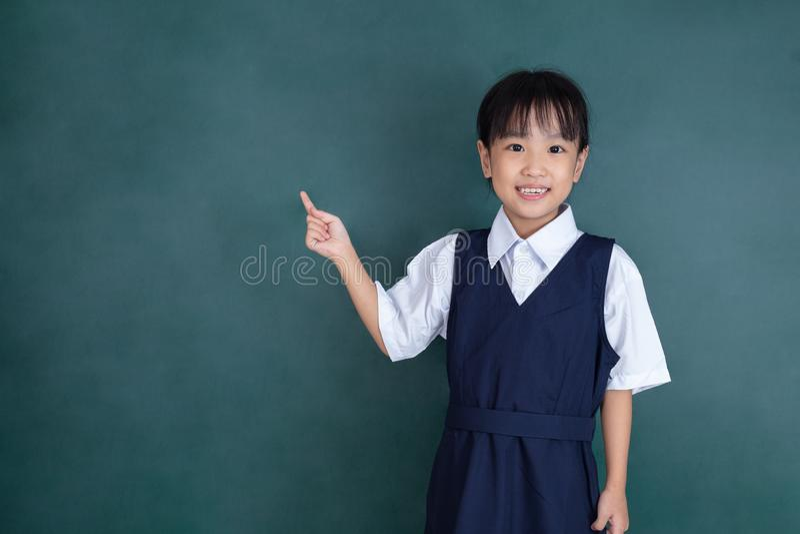 Menina chinesa asiática que aponta com dedo imagem de stock royalty free
