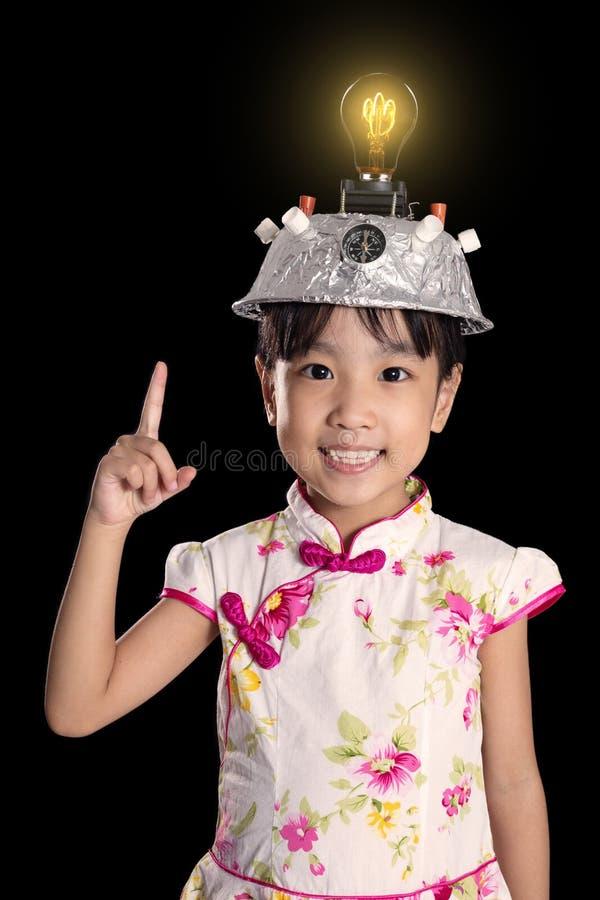 Menina chinesa asiática que aponta o dedo até a ampola com imagens de stock royalty free