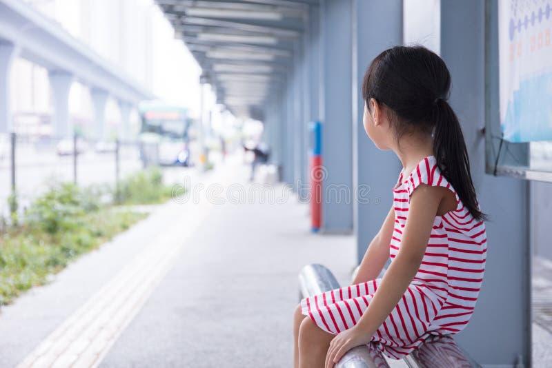 Menina chinesa asiática que espera um ônibus fotos de stock royalty free