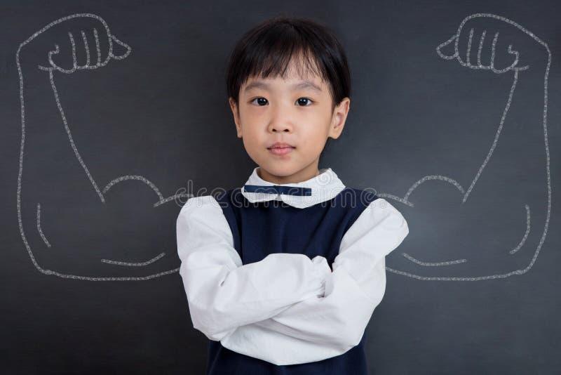 Menina chinesa asiática que está contra o quadro-negro com estreptococo esboçado imagens de stock royalty free