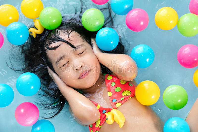 Menina chinesa asiática que flutua na associação inflável fotografia de stock