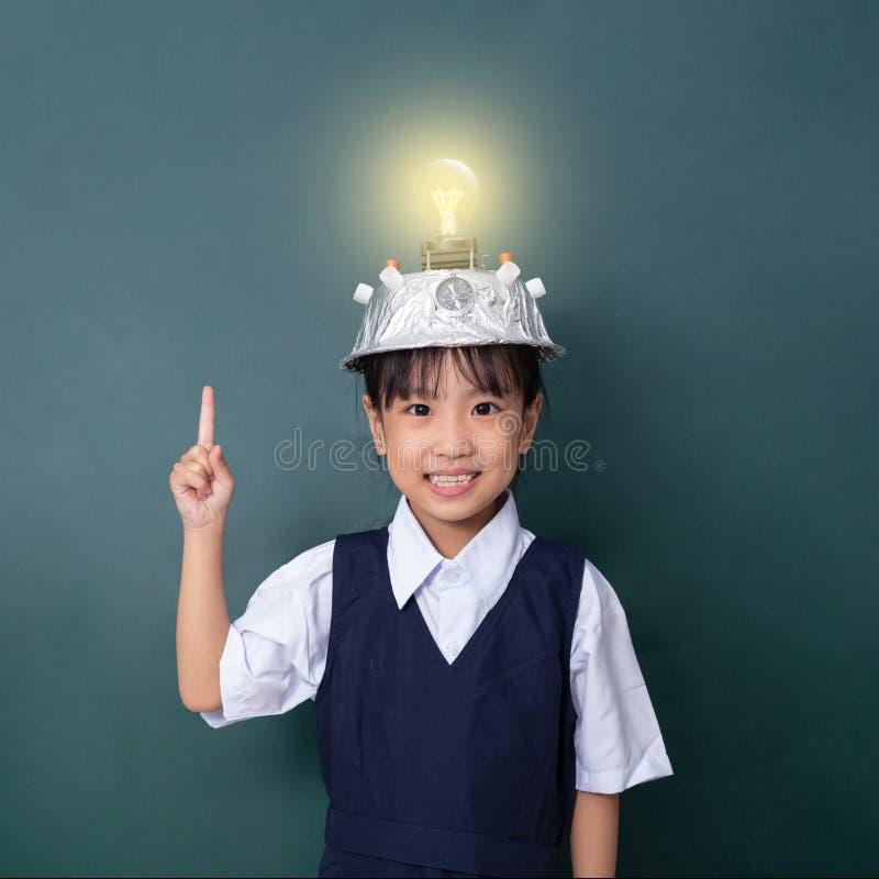 Menina chinesa asiática que veste o capacete da realidade virtual e a probabilidade de intercepção imagem de stock royalty free