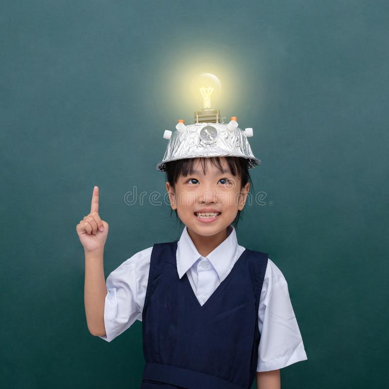 Menina chinesa asiática que veste o capacete da realidade virtual e a probabilidade de intercepção imagens de stock royalty free