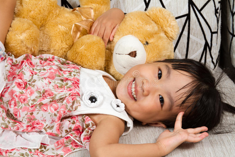 Menina chinesa pequena asiática com Teddy Bear imagem de stock royalty free