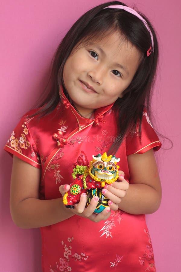 Menina chinesa pequena com dragão fotografia de stock royalty free