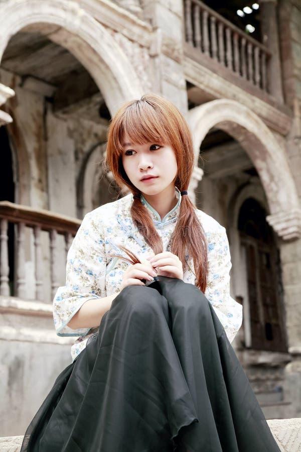 Menina chinesa perdida no pensamento fotografia de stock