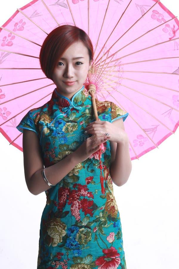 Menina chinesa que veste um cheongsam.