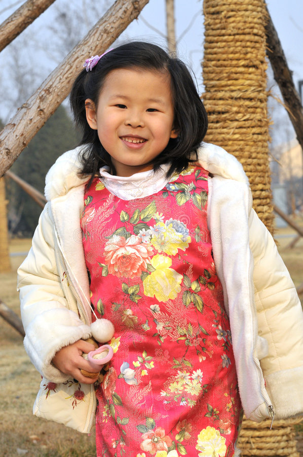 A menina chinesa tem o desgaste bonito imagens de stock