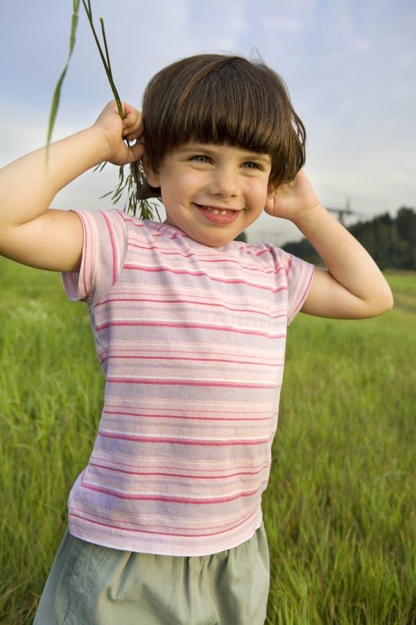 Menina cinco anos de posição velha no parque foto de stock