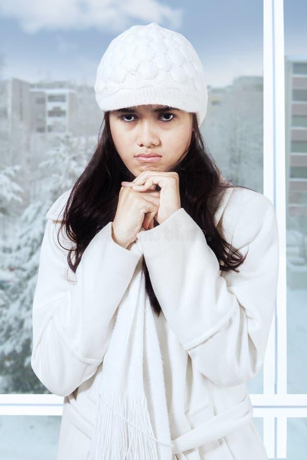 Menina ciumento no sobretudo do inverno fotografia de stock royalty free