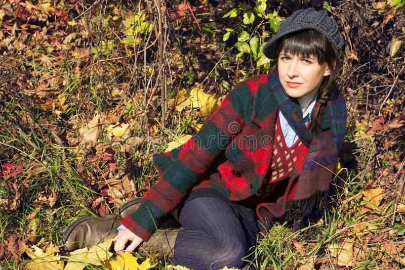 Menina colocada na natureza fotografia de stock