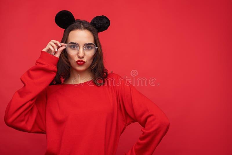 Menina colorida brincalhão nas orelhas de rato que amua os bordos fotos de stock royalty free