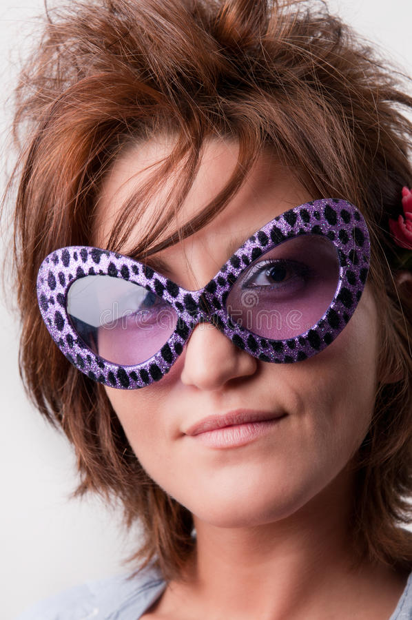 Menina com óculos de sol engraçados fotografia de stock royalty free