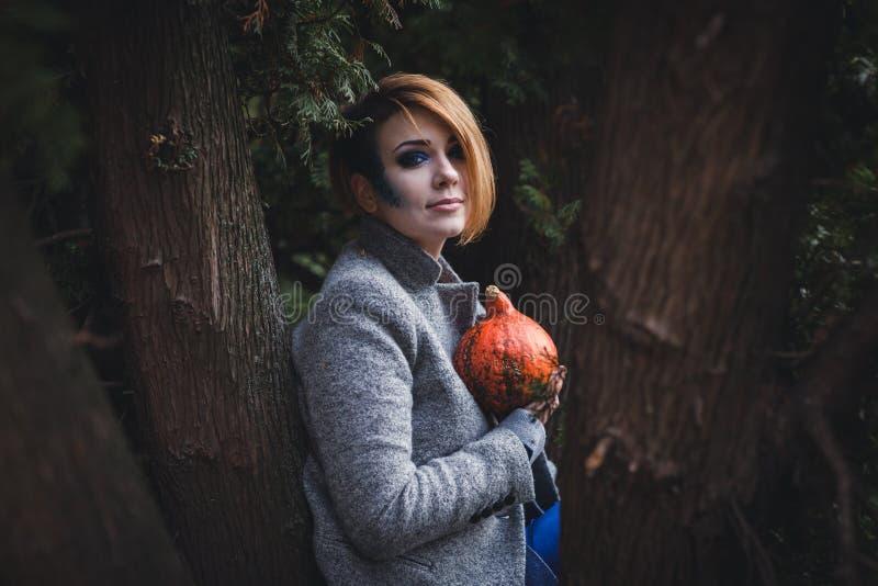 Menina com abóbora fotografia de stock