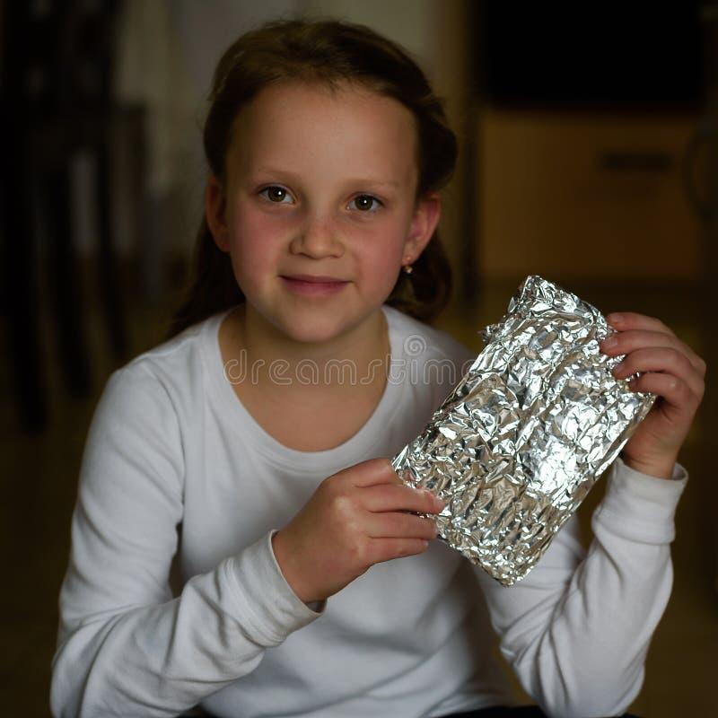 A menina com Afikoman é uma metade-parte de matzah que é quebrado da páscoa judaica Seder fotos de stock
