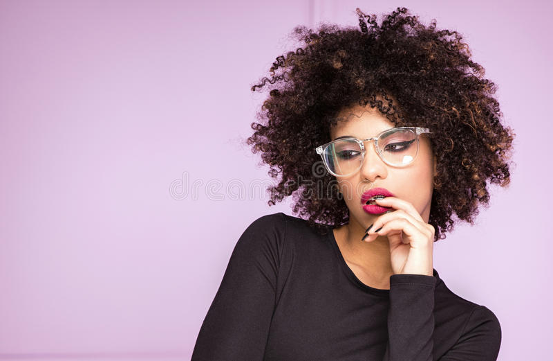Menina com afro e monóculos fotografia de stock royalty free