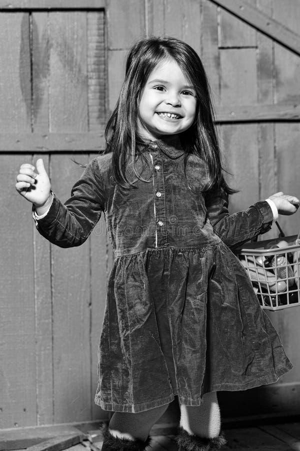Menina com alimento plástico na cesta foto de stock