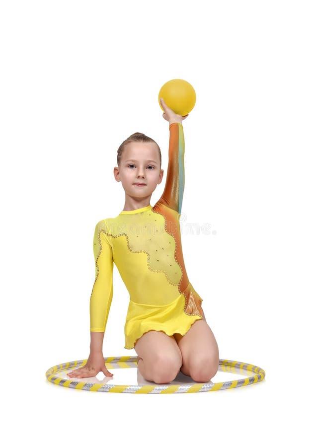 Menina com aro e bola do hula imagens de stock