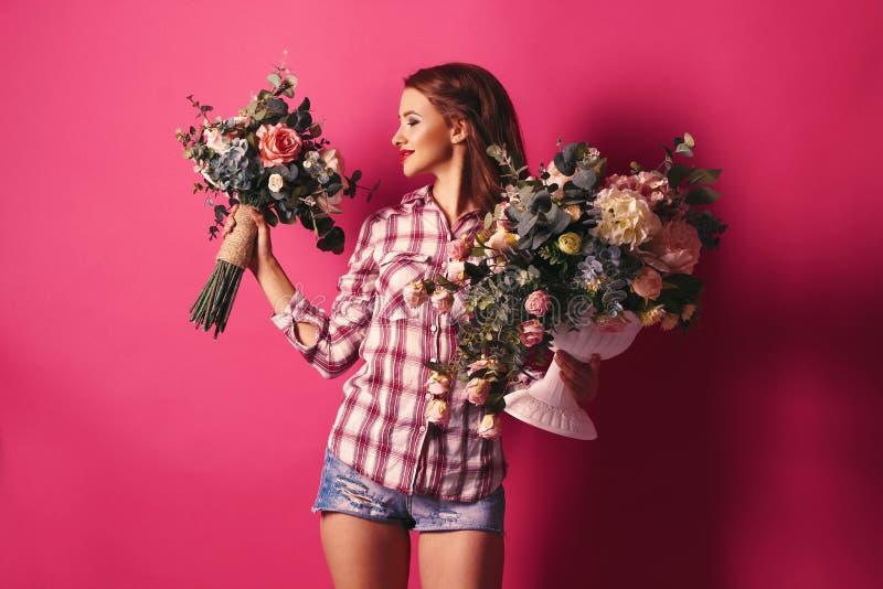 Menina com as flores em suas mãos imagens de stock