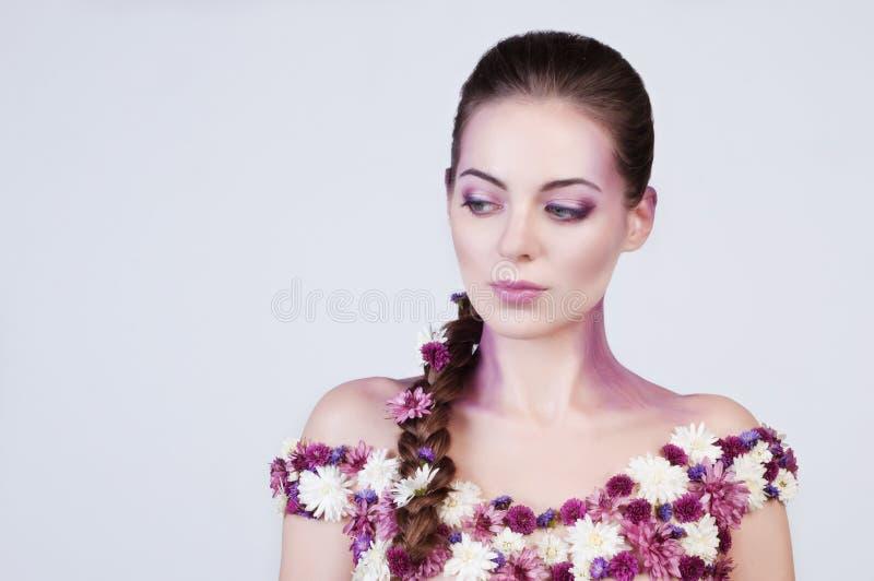 Menina com as flores no corpo foto de stock