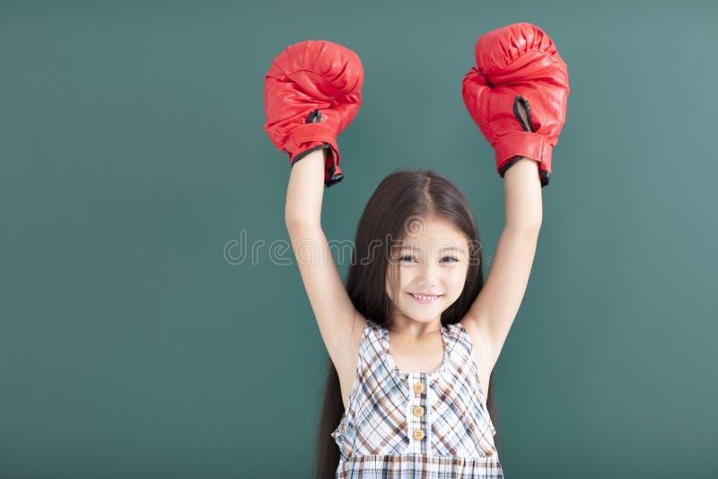 a menina com as luvas de encaixotamento vermelhas está antes do quadro imagem de stock