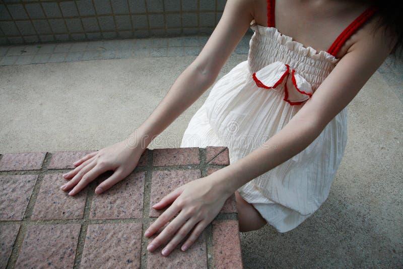 Menina com as mãos que tocam em telhas fotos de stock royalty free