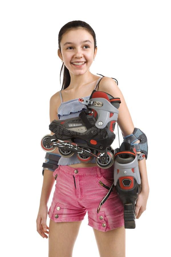 A menina com as modas passageiras do rolo em um ombro imagens de stock