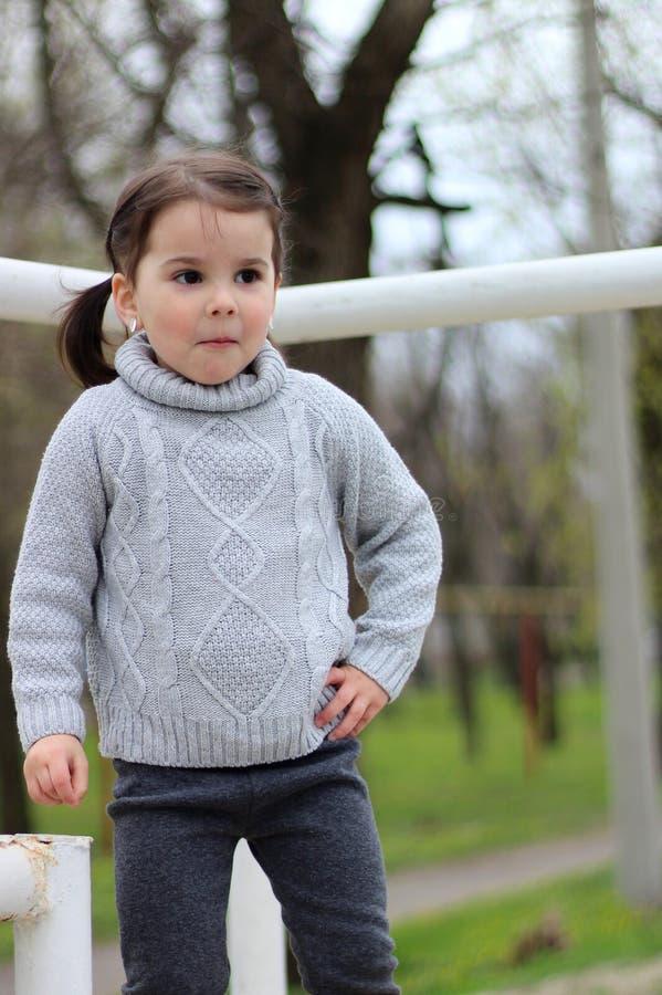 menina com as tranças em jogos de uma camiseta no canteiro de obras fotografia de stock royalty free