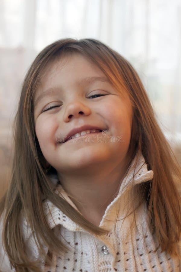 Menina com assento de fluxo longo do cabelo fotografia de stock