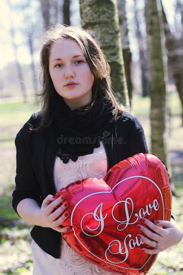 Menina com balão do coração fotografia de stock royalty free