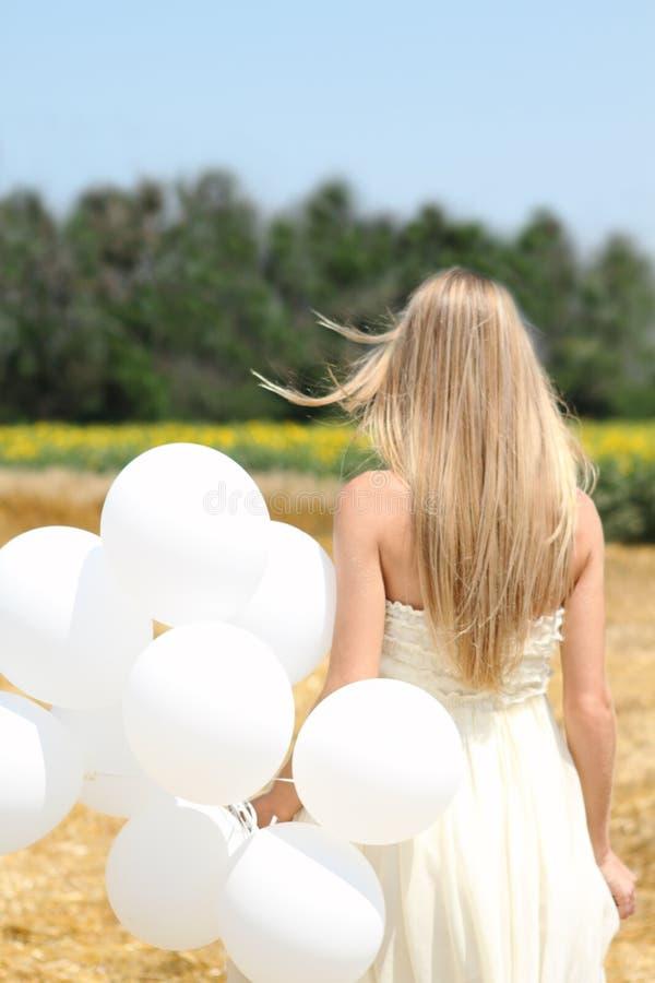 Menina com balões brancos foto de stock royalty free