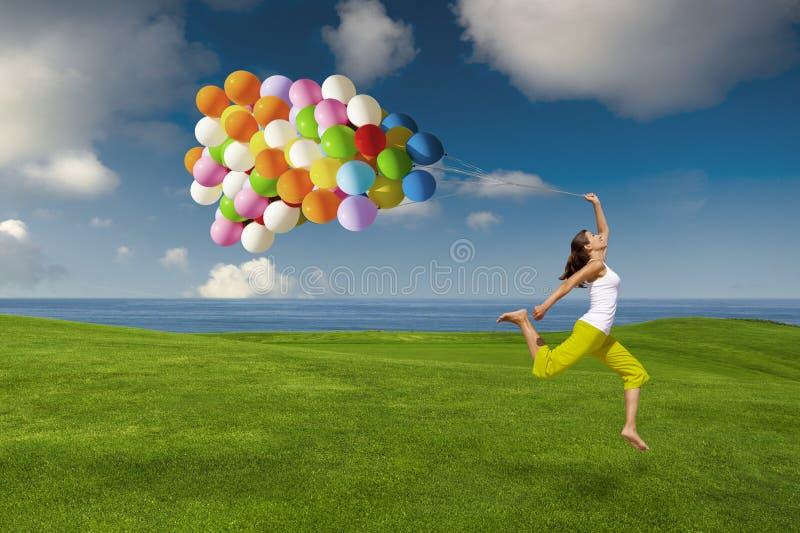 Menina com balões coloridos imagem de stock royalty free