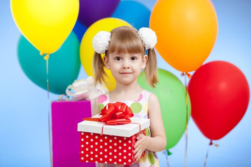 Menina com balões e o presente coloridos fotos de stock